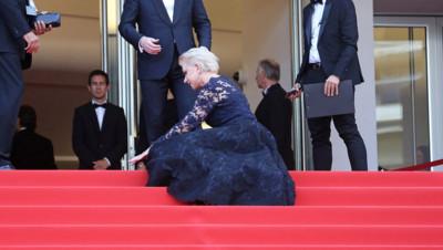 Helen Mirren chute en haut des marches du Palais des Festivals le 18 mai 2016