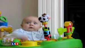 Star sur Facebook, Emerson, un bébé américain, qui ne sait pas s'il doit rire ou pleurer quand sa mère se mouche. Le 16.03.2010