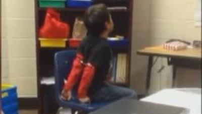 enfant menotté école policier