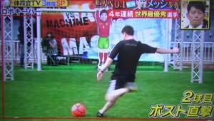 Le duel entre Lionel Messi et un robot gardien de but filmé pour le compte d'une télévision japonaise (avril 2013)
