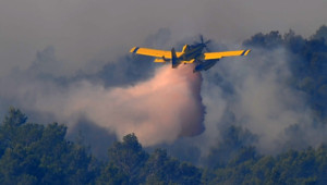Incendie en Espagne : un avion intervient sur un foyer près de La Jonquère (23 juillet 2012)