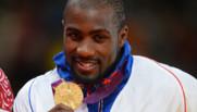 Teddy Riner brandissant sa médaille d'or en 2012.