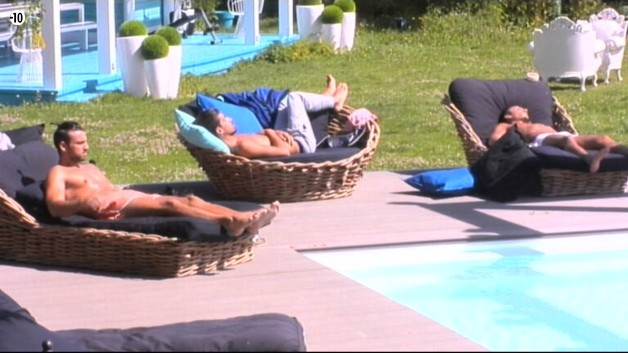 Aymeric rejoint ses camarades au bord de la piscine.
