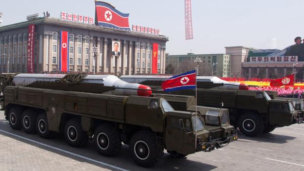 """Pyongyang menace d'une frappe nucléaire """"préventive"""" - Page 7 Coree-du-nord-parade-militaire-montrant-des-missiles-musudan-10892917vcmgh_1713"""