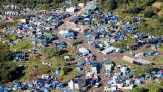 """L'étendue de la """"Nouvelle jungle """"de Calais vue du ciel"""
