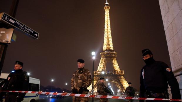 La tour Eiffel a été évacuée samedi après une alerte à la bombe.