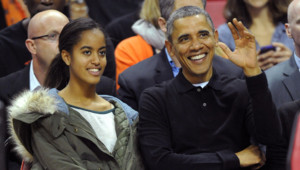 Malia et Barack Obama regardent un match de Basketball universitaire dans le Maryland. Novembre 2013