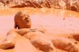 Myriam Lamare n'hésite pas à plonger tout son corps dans la boue - Koh-Lanta, Le Choc des Héros