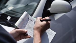 Un Agent de Surveillance de la Voie Publique (ASVP) dresse une contravention pour stationnement non payé.