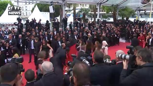"""La montée des marches de l'équipe du film """"Divines"""", caméra d'or à Cannes"""