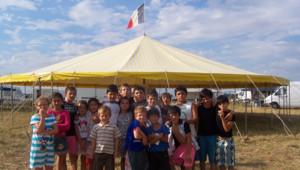 Trilport,Seine-et-Marne: enfants gitans devant un chapiteau orné d'un drapeau français (31/07/2010)
