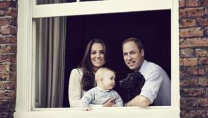 La 3e photo du prince George depuis sa naissance (publiée le 30 mars 2014), avec ses parents Kate et William