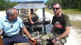 David Salmon caméraman à TF1 dans le tracteur, seule véhicule motorisé de l'île Juan de Nova