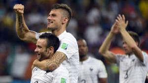 Mondial 2014 : Mathieu Valbuena (g) et Oivier Giroud (d) célèbrent la victoire de la France contre la Suisse