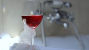 Jessica Simpson adopte un rituel beauté original : prendre un bain au vin rouge.