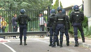 Les forces de l'ordre devant la gendarmerie de Draguignan