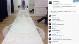 La mère de Kim Kardashian a postée sur Instagram une photo de Kim de dos, sous le charme de la robe Givenchy que porte sa fille pour son mariage.
