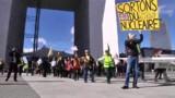 VIDEO. Une chaîne humaine à Paris pour réclamer la fin du nucléaire