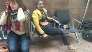 Deux femmes quelques minutes après les explosions survenue dans le hall de l'aéroport de Bruxelles, le 22 mars 2016.
