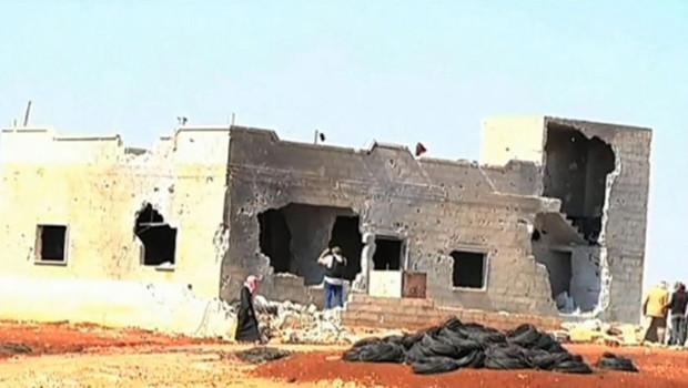 """Les observateurs de l'ONU ont senti une """"forte odeur de chair brûlée"""" et vu des traces de sang vendredi sur les lieux du massacre d'Al-Koubeir en Syrie"""