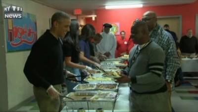 Pour Thanksgiving, Obama et sa famille servent un repas aux sans-abri
