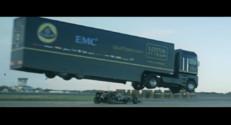 Un camion saute par dessus une Formule 1 de Lotus dans une vidéo insolite de EMC