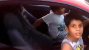 Un enfant de 9 ans conduit une Ferrari en Inde.
