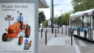 """Affiche de la campagne publicitaire du groupe volailler Loué, proclamant """"depuis 1958, un bon poulet est un poulet libre""""."""