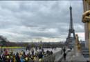 Handicapés manifestant au Trocadéro, à Paris, pour réclamer le droit de vivre décemment