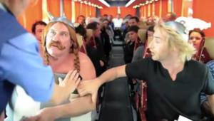 Dans une vidéo postée sur Internet le 2 septembre 2011, Gérard Depardieu, alias Obélix, réclame qu'on lui serve un sanglier d'urgence dans un avion. De quoi tourner en dérision sa mésaventure.