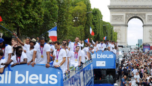 Les athlètes olympiques français accueillis en fanfare par leurs supporteurs sur les Champs-Elysées, le 13 août 2012.
