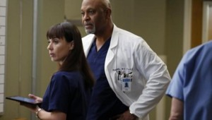 Constance Zimmer et James Pickens Jr. dans la saison 9 de Grey's Anatomy.