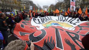 Des manifestations en marge de la COP 21 sur l'avenue des Champs-Élysées à Paris