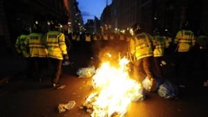 Face à face entre forces de l'ordre et manifestants dans les rues de Londres avant le G20 (1er avril 2009)