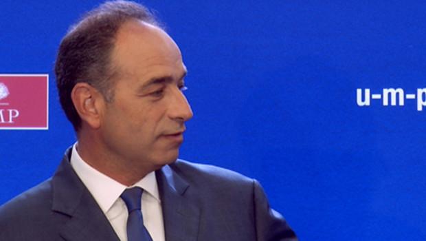 """Jean-François Copé, brandissant la Une de L'Express titrée """"Et si Sarkozy avait eu raison ?"""", lors du point presse de l'UMP le 5 septembre 2012."""