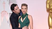 L'étrange baiser de John Travolta à Scarlett Johansson aux Oscars 2015 le 22 février 2015.