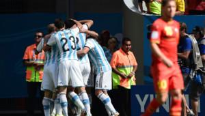 Les Argentins célèbrent le but de Higuain, en quarts de finale du Mondial face à la Belgique d'Eden Hazard, le 5 juillet 2014 à Brasilia.