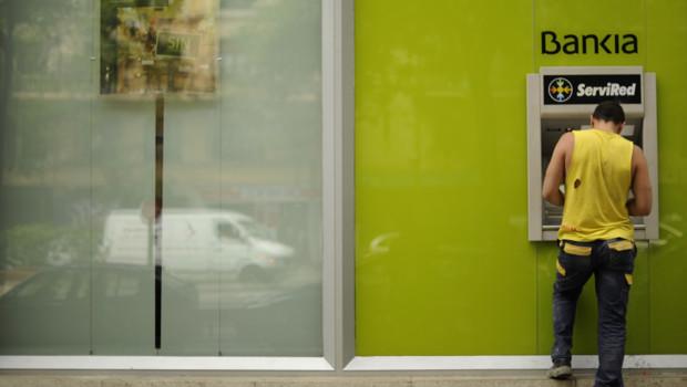 Un homme retire de l'argent à un distributeur de la banque espagnole Bankia, nationalisée le 9 mai 2012.
