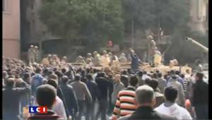 Egypte: manifestants et militaires fraternisent