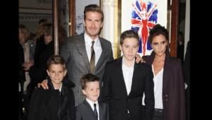 Victoria et David Beckham accompagnés de leurs 3 garçons à la première de Viva Forever à Londres le 11 décembre.