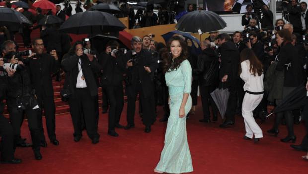 """Eva Longoria lors de la montée des marches du film """"Jimmy P."""" le 18 mai 2013 à Cannes"""