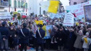 Le pape salue la foule à Castel Gandolfo