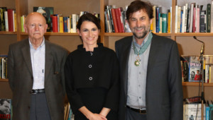 Nanni Moretti fait commandeur des Arts et des Lettres par Aurélie Filippetti, en présence de Gilles Jacob, à Cannes le 21 mai 2012.
