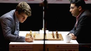 Viswanathan Anand joue contre Magnus Carlsen lors d'un tournoi d'échec en Norvège le 9 mai 2013