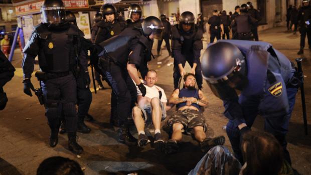 """Les """"indignés"""" de Madrid chassés de la Puerta del Sol après une manifestation pour le premier anniversaire du mouvement (13 mai 2012)"""