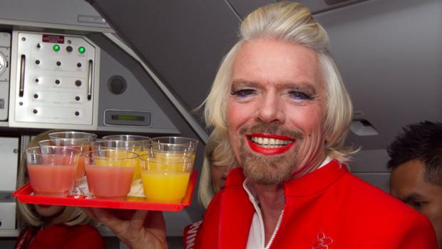Richard Branson en hôtesse de l'air sur Air Asia le 12/05/2013.