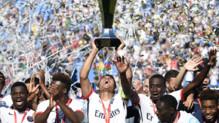 Thiago Silva soulève le Trophée des champions, le 3e d'affilée remporté par le PSG après leur victoire face à Lyon (2-0), le 1er août 2015 à Montréal.