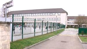 Le groupe scolaire de Plaisir (Yvelines) où des enfants ont assuré avoir mis en fuite l'agresseur d'une fillette (26 mars 2009)