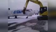 Après son licenciement, il se venge en détruisant un avion à la pelleteuse