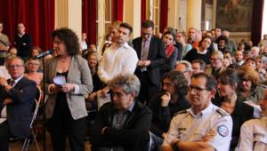 Les habitants du 10e arrondissement font la queue pour poser leurs questions sur la salle de shoot.